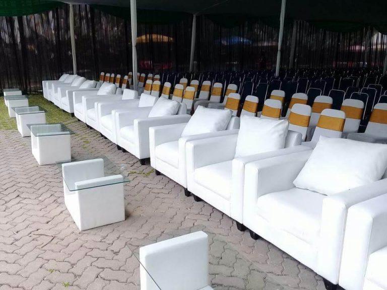 kumpulan sofa warna putih dalam acara event