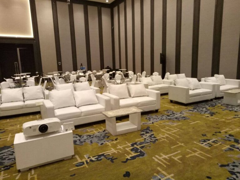 kumpulan sofa putih pada acara event