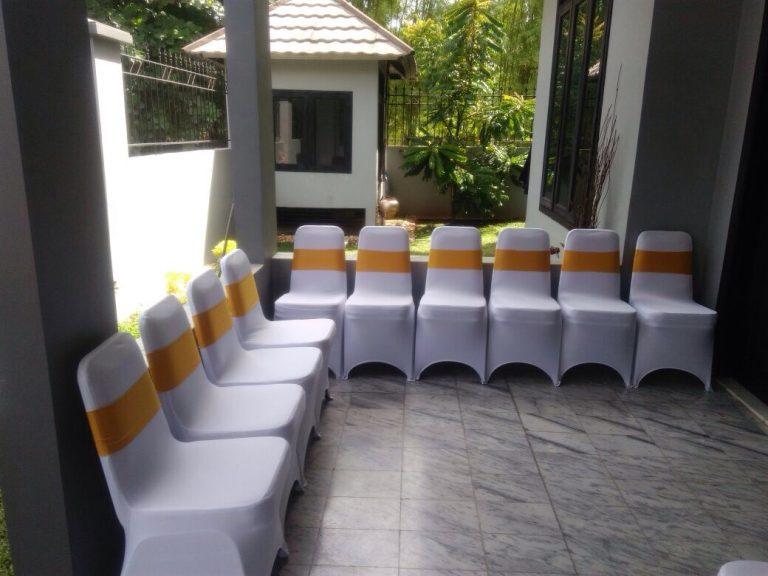 kursi futura dihias oleh kain