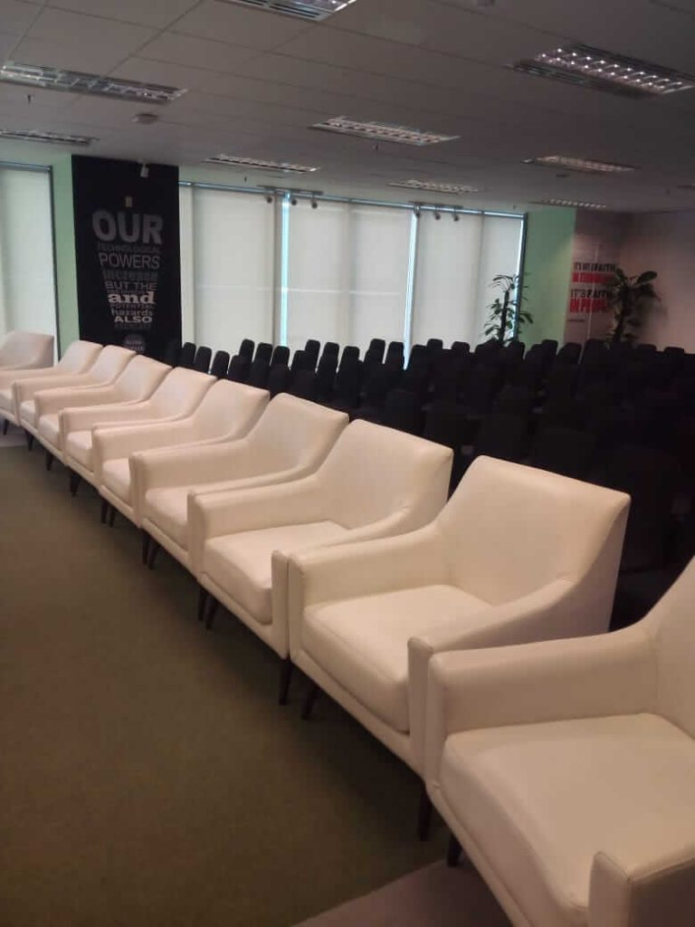 sofa putih